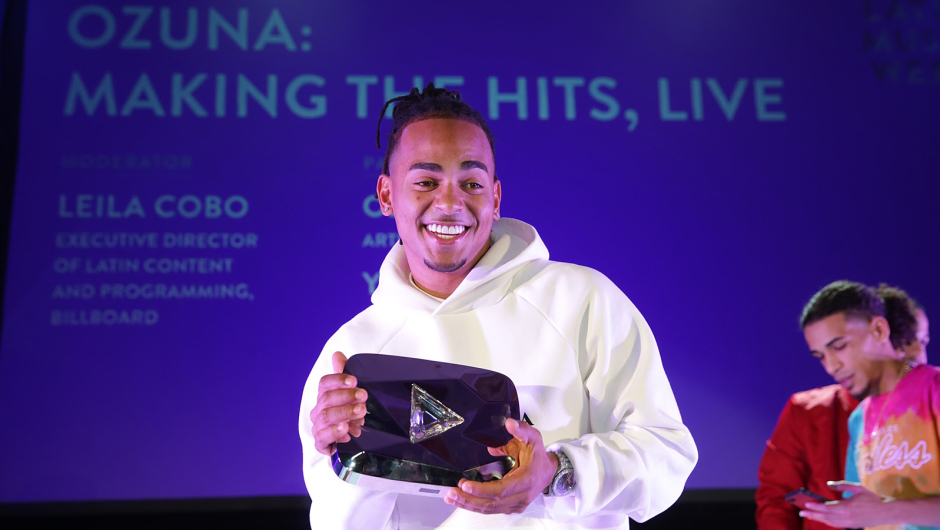 Ozuna recibe botón de diamante de YouTube